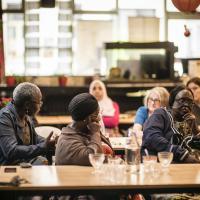 gesprek rond tafel
