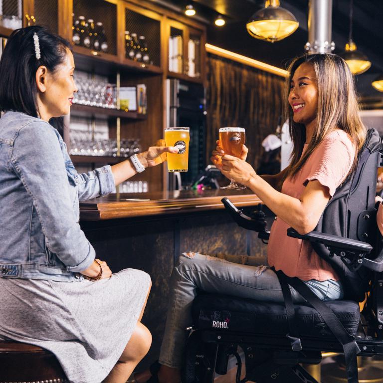 vrouwen aan de bar